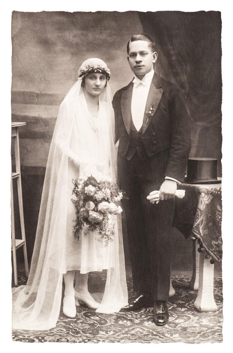 古董婚纱照-新婚夫妇的肖像-带有原始划痕和薄膜纹理的怀旧图片