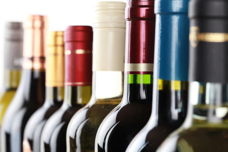白底单列葡萄酒瓶