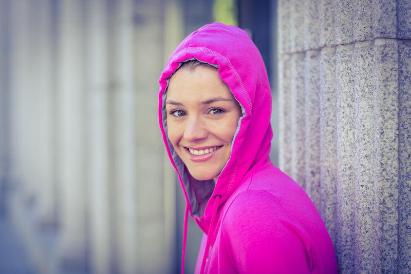 穿粉红色夹克的女人。运动,健身。