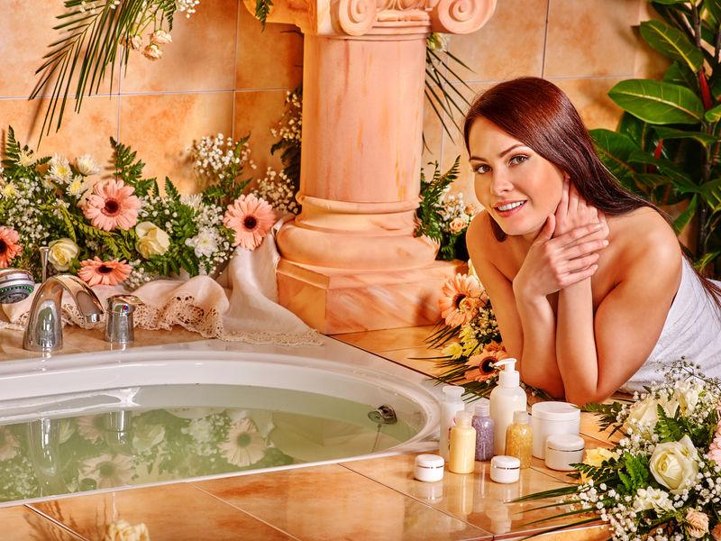 女士在豪华温泉。
