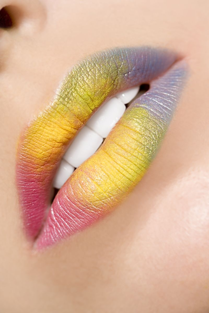 带时尚妆的美丽女人嘴唇的特写镜头-张开白牙的嘴-美容、药店或时尚化妆概念-美容工作室拍摄-热吻