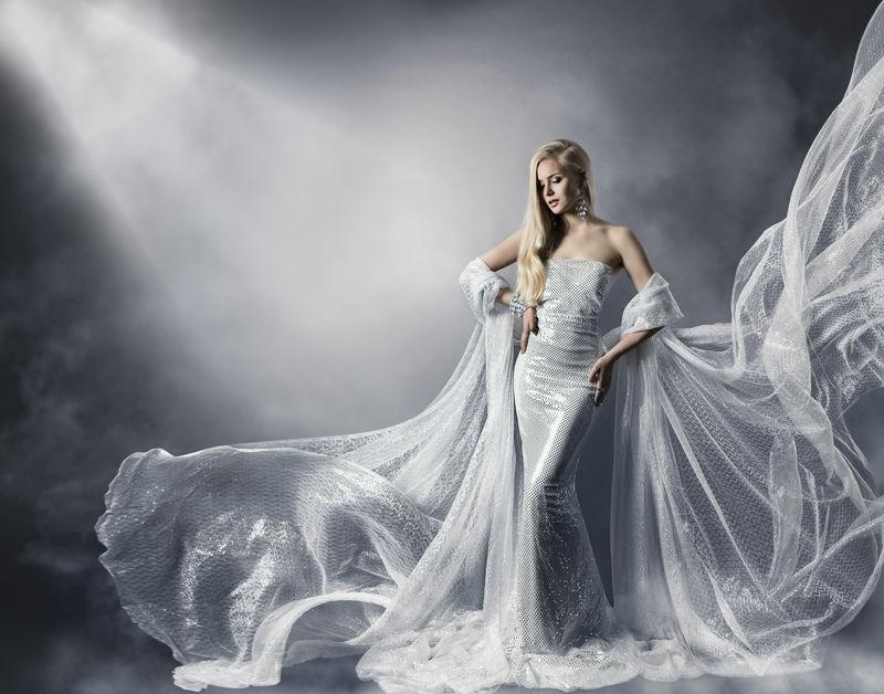 年轻女人穿着时尚闪闪发亮的衣服-穿着飞舞的衣服-少女在星光下-飘飘飘逸