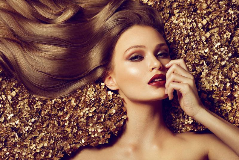 漂亮的黑头发模特-卷发很长-戴着大项链、珠子和项链的女孩-珠宝和附件.发型波浪形卷发化妆颜色紫红色