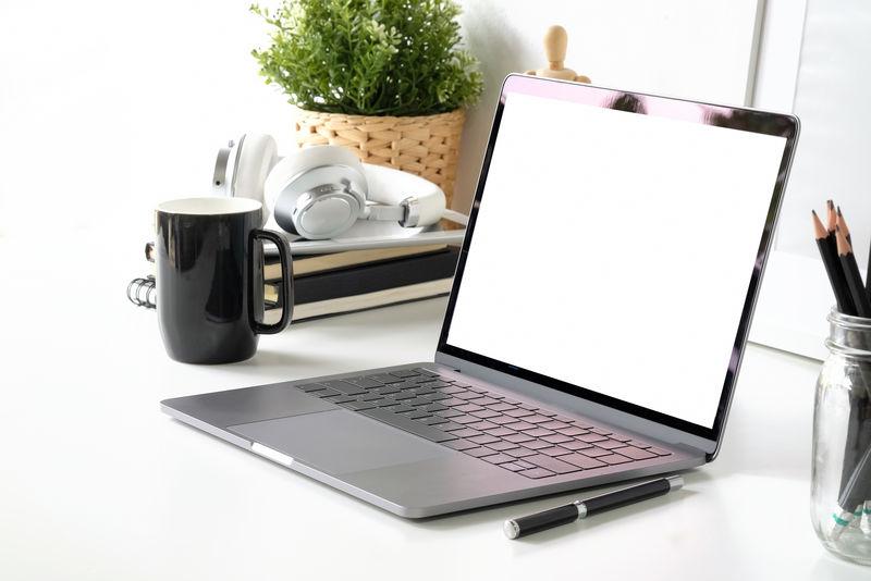 带空白屏幕笔记本电脑和办公用品的工作区