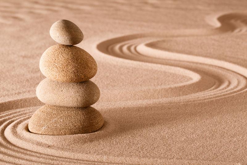 禅修花园堆砌的石头-通过简单的放松和冥想-和谐和石头的平衡-带来健康和健康-平衡和集中背景与复制空间