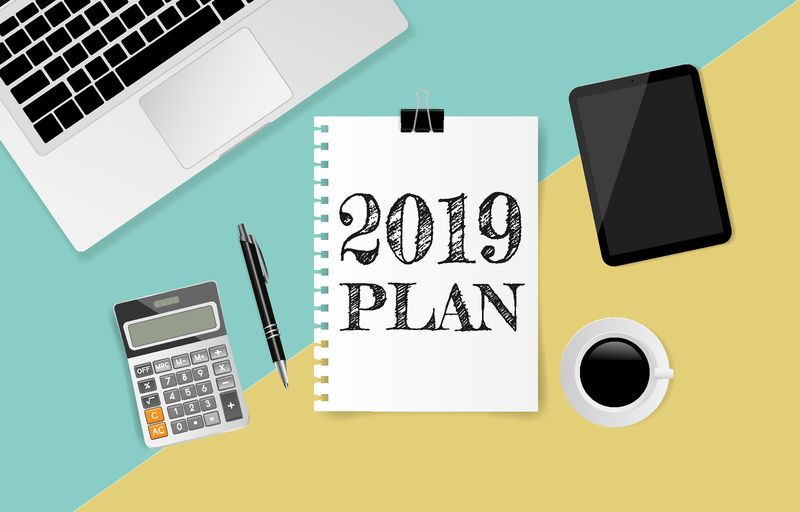 2019年计划文本在白纸上-笔记本电脑、咖啡杯、平板电脑、计算器和笔在绿黄纸背景上-矢量图解