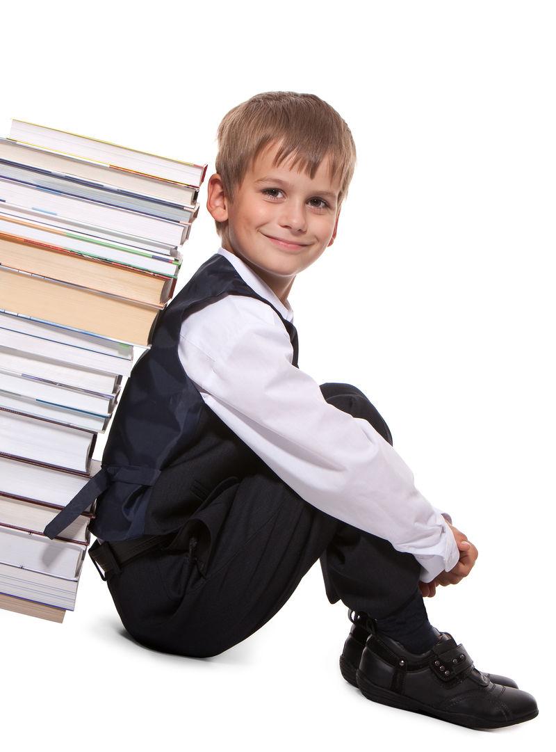 男孩和书被隔离在白色背景下