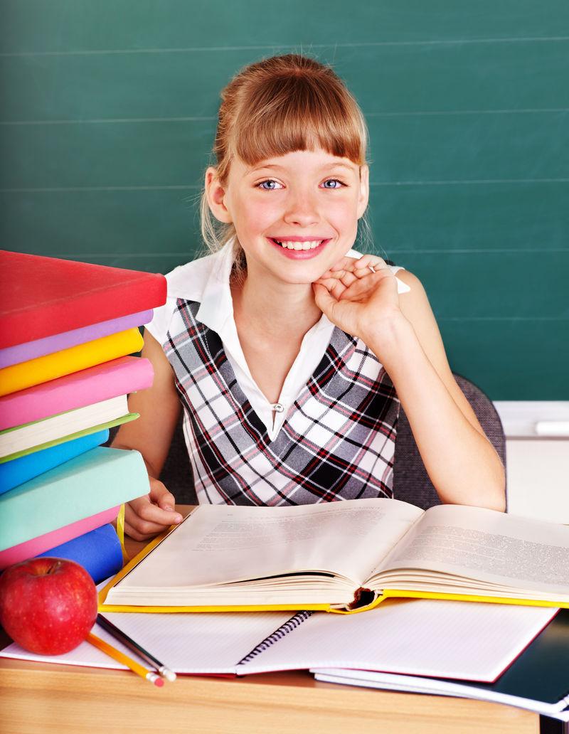 快乐的小学生在黑板附近的教室里