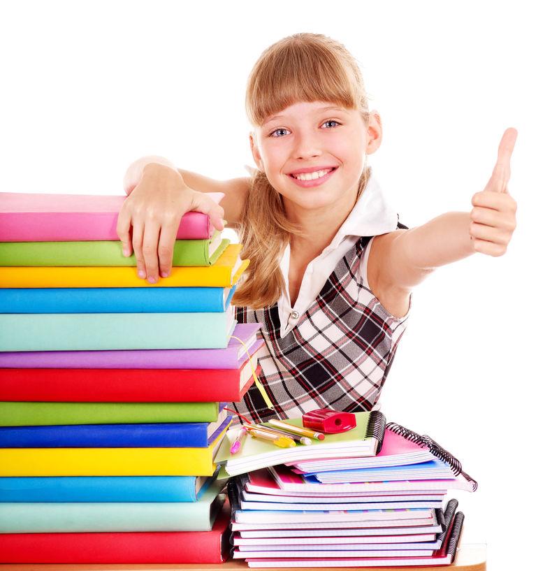 女学生-一摞书-摆着大拇指-孤立的