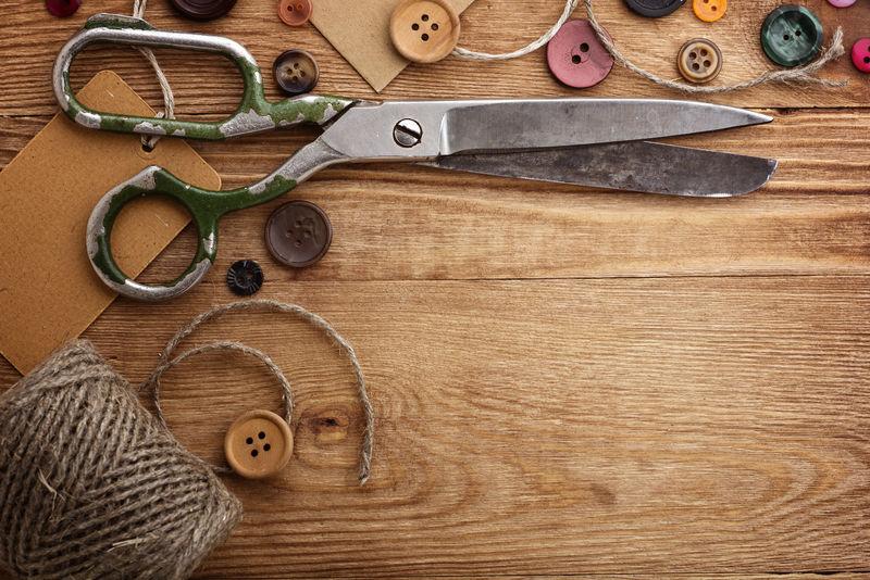 木桌上的旧剪刀和钮扣