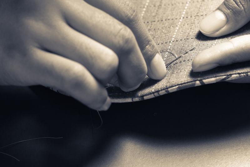 特写女士用单色手工缝制被子