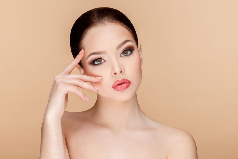 美丽的女人与Clean Fresh Skin
