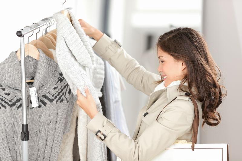 买衣服的女人-商店里在室内看衣服的顾客-美丽快乐微笑的亚洲白种女模特