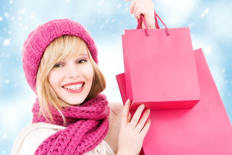 戴着粉色购物袋帽子的快乐少女