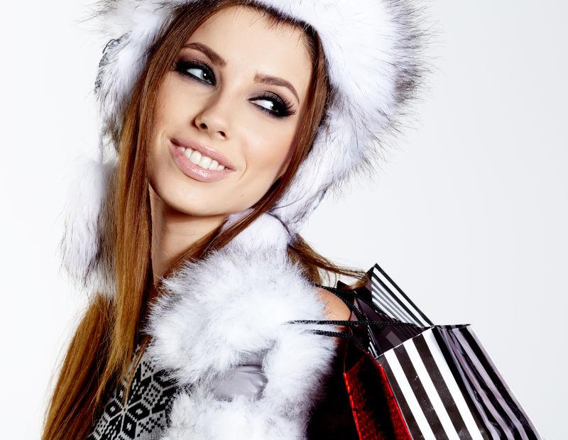 白色外挎购物袋的冬季女人