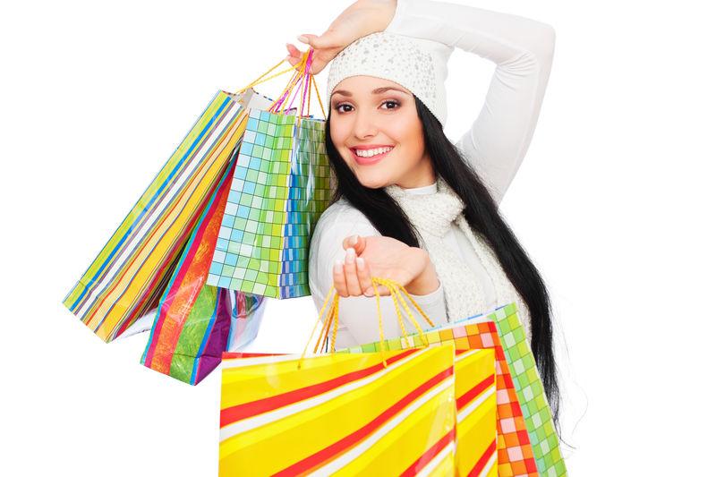 拎着购物袋的快乐女人画像