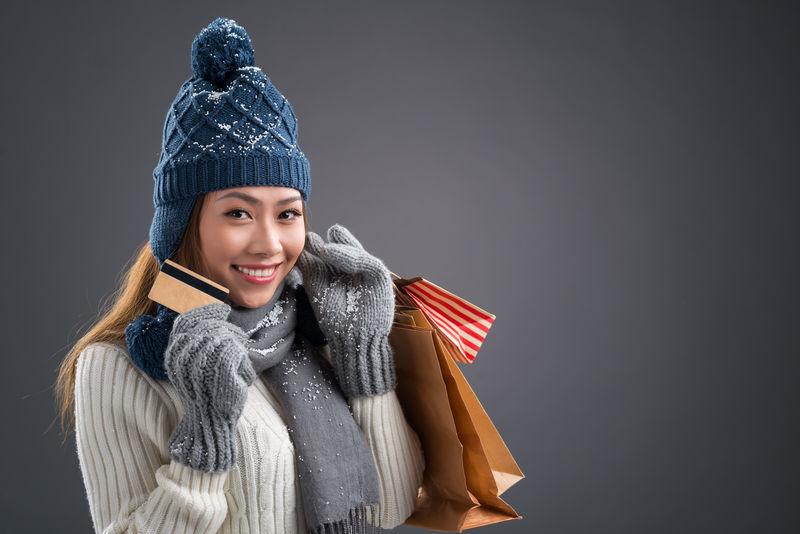 一个可爱的购物狂在冬季购物时的复制肖像