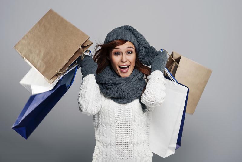 冬季大甩卖中的年轻兴奋的女人