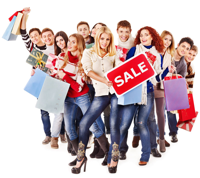 带着卖板和购物袋的人群
