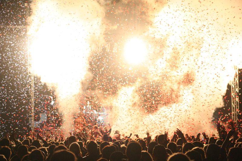 烟火和人群庆祝新年
