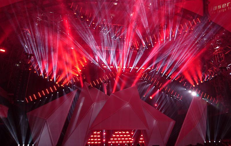 黑色背景上的紫色和红色节日焰火-抽象的节日背景-莫斯科国际烟花节