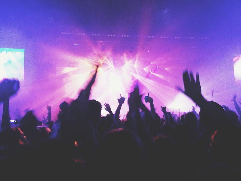 巴塞罗那-6月19日:2015年6月19日在西班牙巴塞罗那举行的声纳节音乐会上-人群起舞