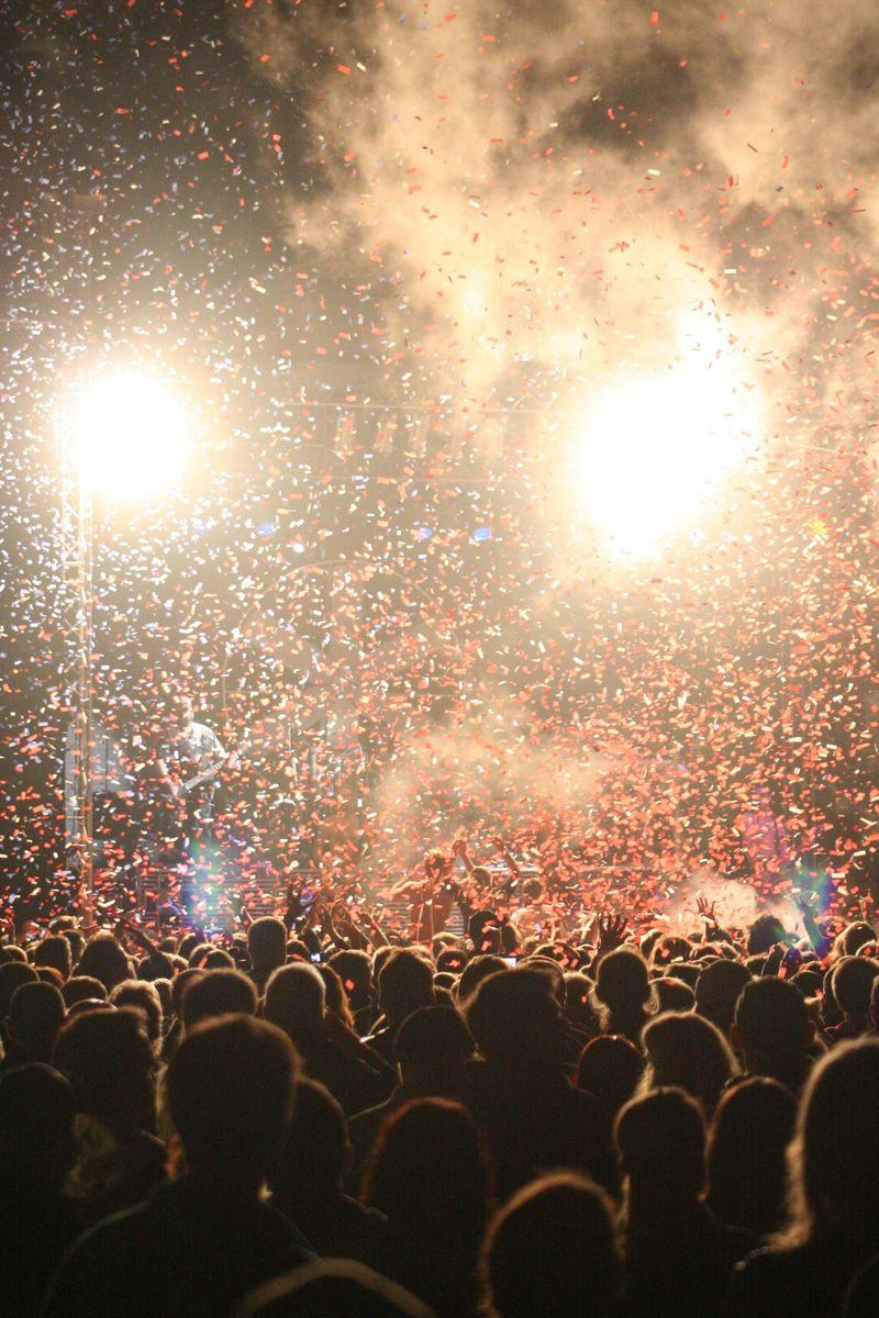 音乐会上的观众-在鲜艳的舞台灯光下欢呼的人群