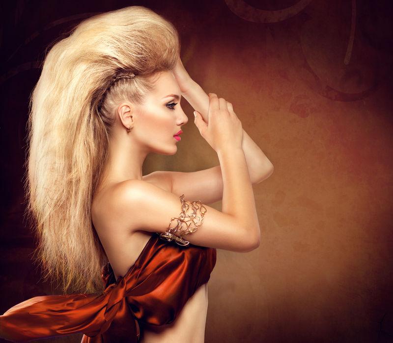 摩霍克发型的高级模特女孩-有魅力的美发女郎-金发苗条的女士