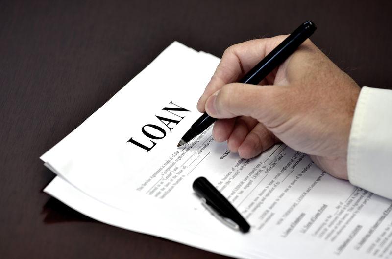 用黑笔在桌子上记录贷款或合同