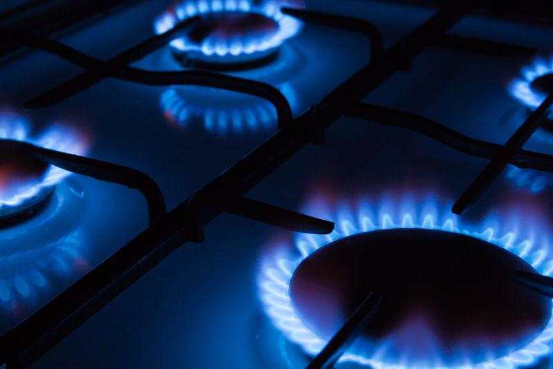 厨房煤气炉燃烧的蓝色火焰