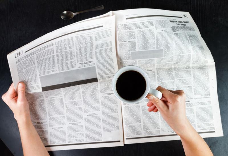 喝咖啡看报纸