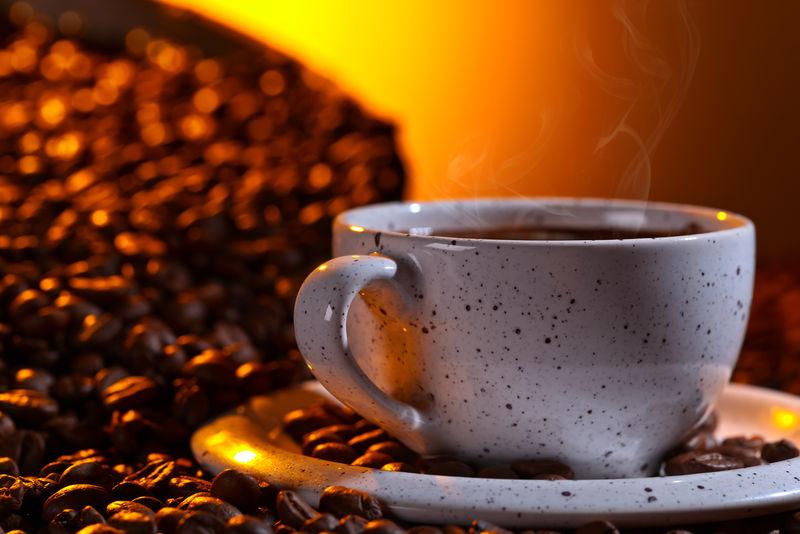 黑咖啡和烤豆