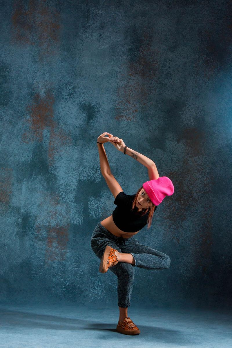 小女孩在墙上跳霹雳舞。
