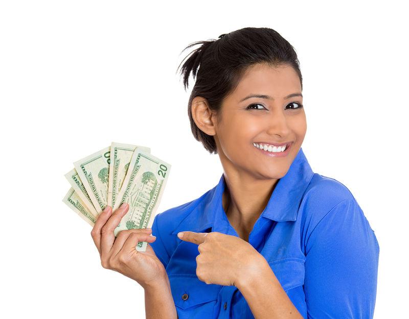 特写肖像超级快乐兴奋成功的年轻女商人手持钞票-白色背景下孤立-正面情绪面部表情感受-经济奖励