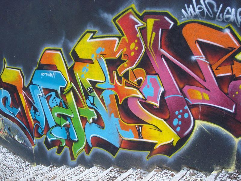 地下艺术-美丽的街头艺术涂鸦风格-这面墙用抽象画和房屋油漆装饰-街头青年的现代标志性城市文化-墙上抽象时尚画