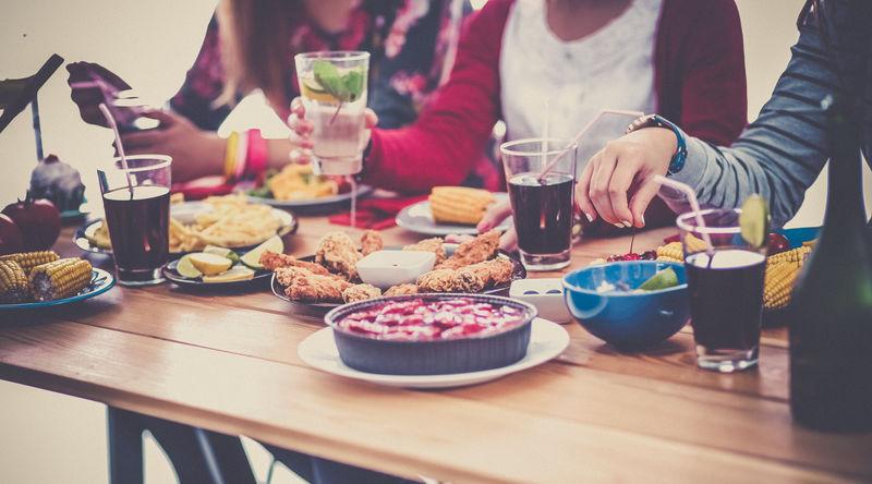 坐在木桌旁一起吃饭的一群人