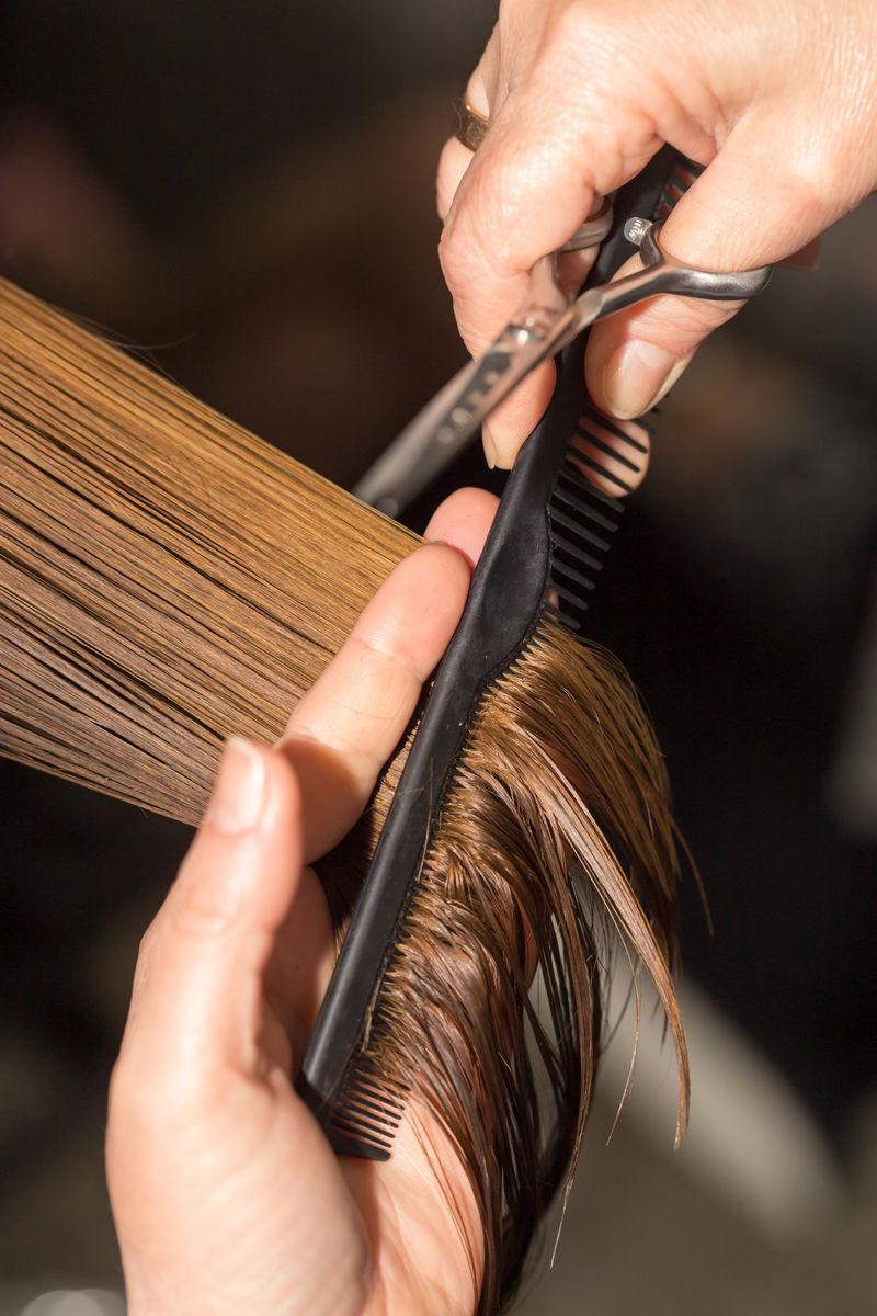 在美容院剪头发