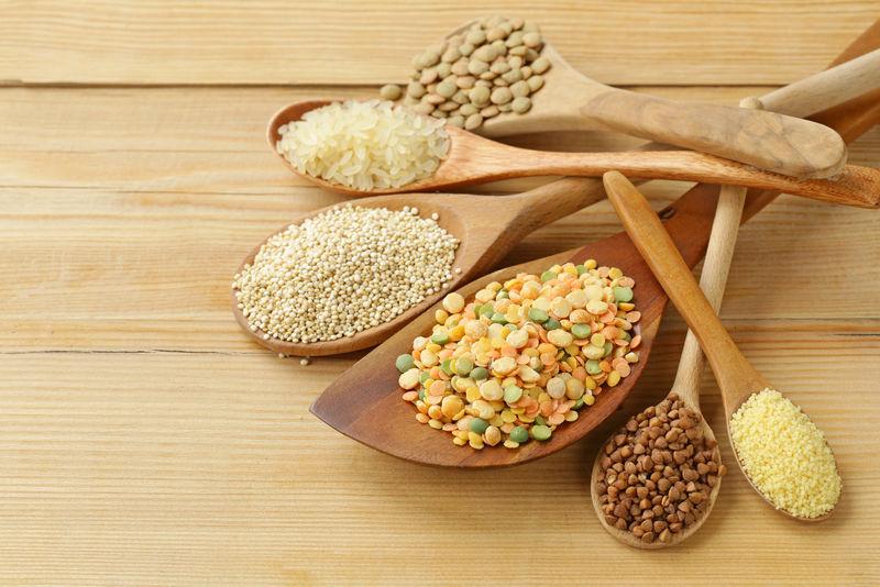 不同品种的荞麦、大米、扁豆、藜麦