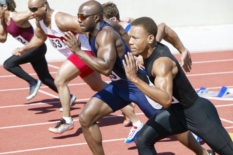 多民族男子短跑跑跑道侧视图