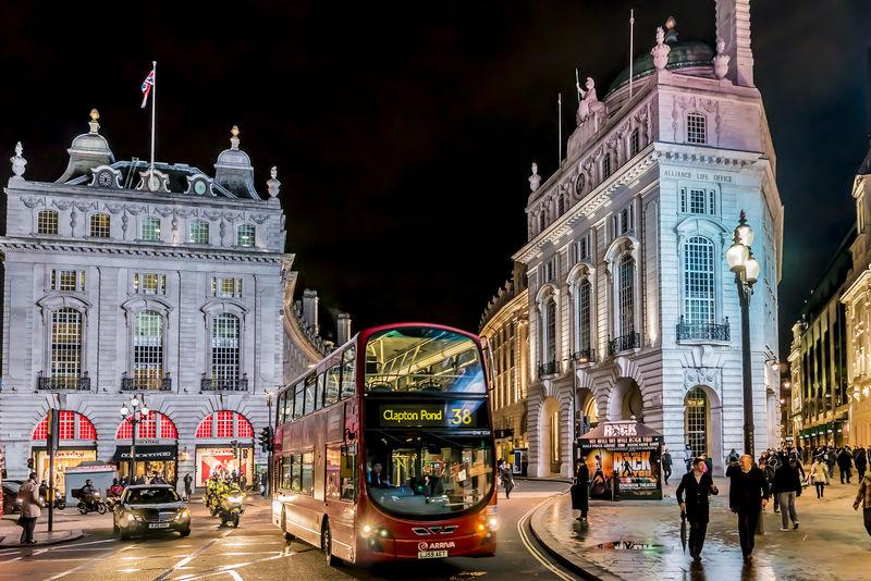 伦敦-3月17日:2013年3月17日晚上-英国伦敦皮卡迪利广场的人和交通-皮卡迪利广场-伦敦西区著名的公共空间-建于18年