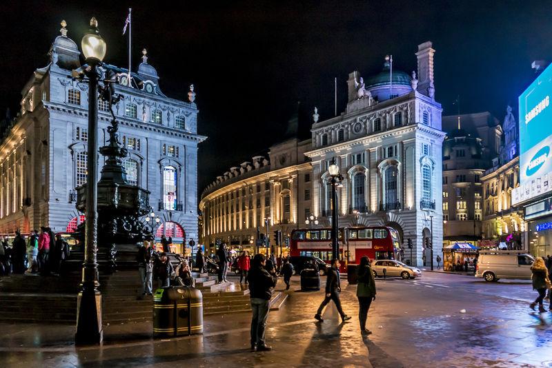 伦敦-3月17日:2013年3月17日-英国伦敦-皮卡迪利马戏团的人员和交通-皮卡迪利广场-伦敦西区著名的公共空间-建于1819年