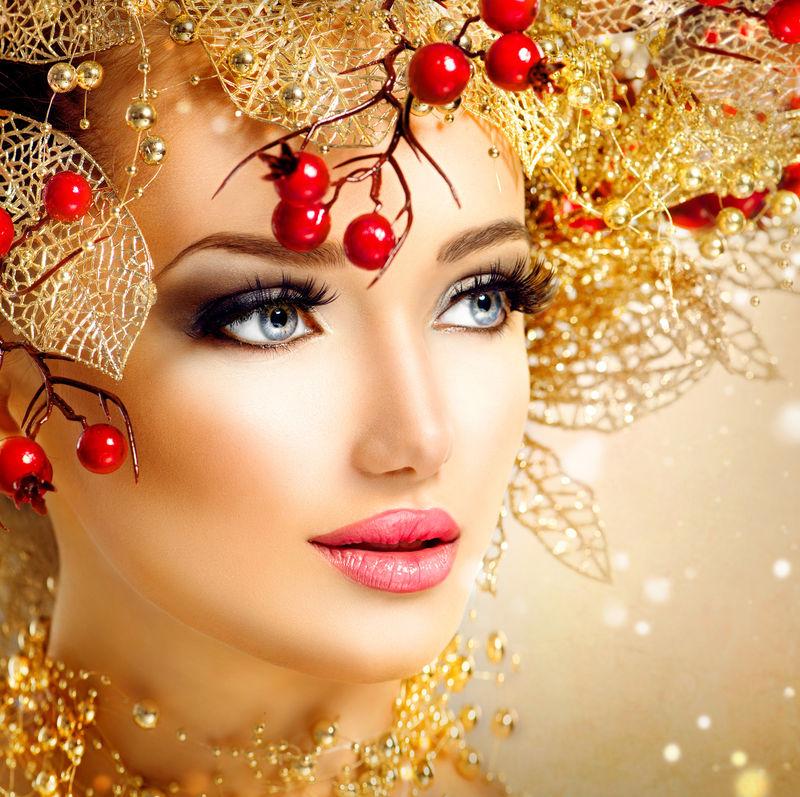 金色发型化妆的圣诞时尚模特