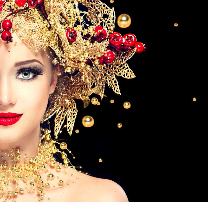 金色发型的圣诞冬季时装模特