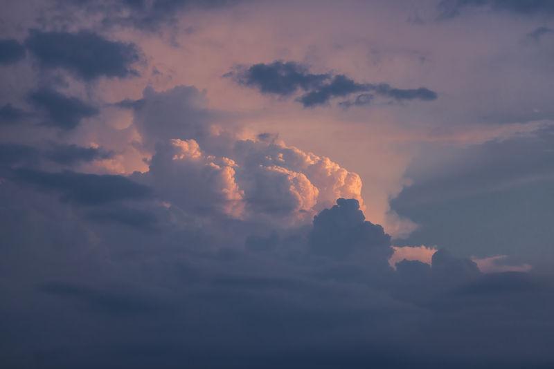 日落时多云的天空