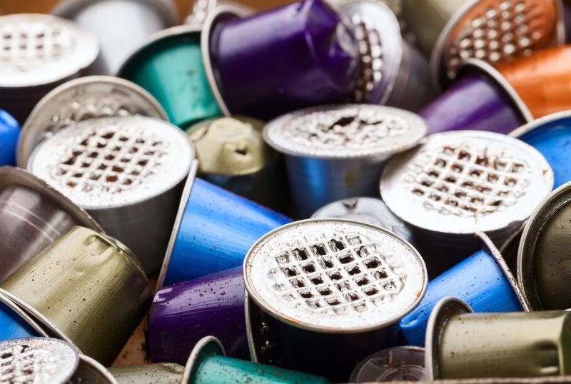 倾倒的塑料和金属浓缩咖啡豆荚是一个环境问题
