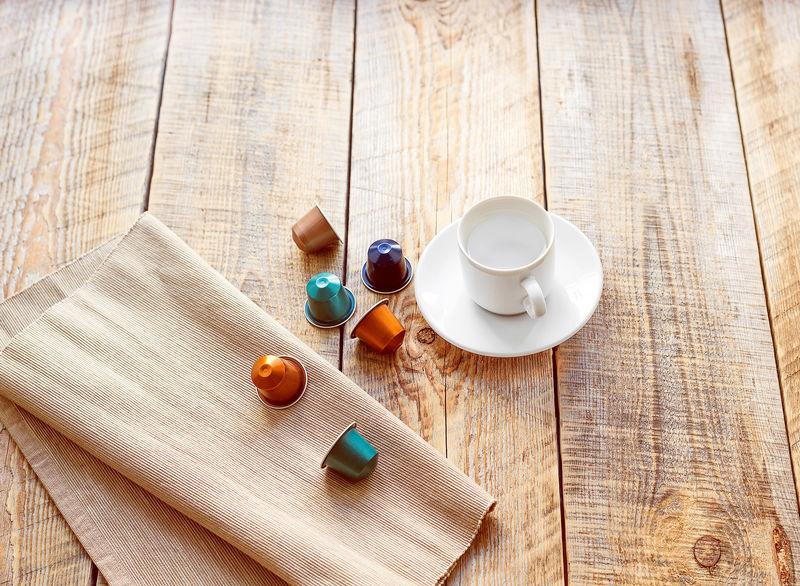 由咖啡、杯子和餐巾纸制成的胶囊