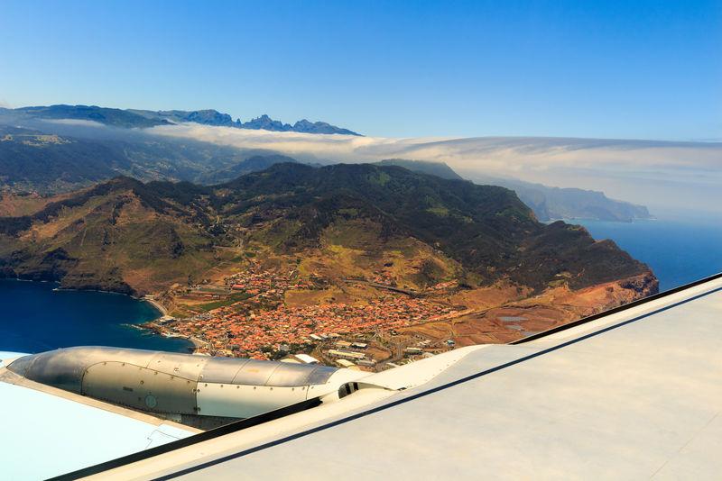 在降落在葡萄牙马德拉岛的Funchal市之前,从飞机上可以看到美丽的鸟瞰图
