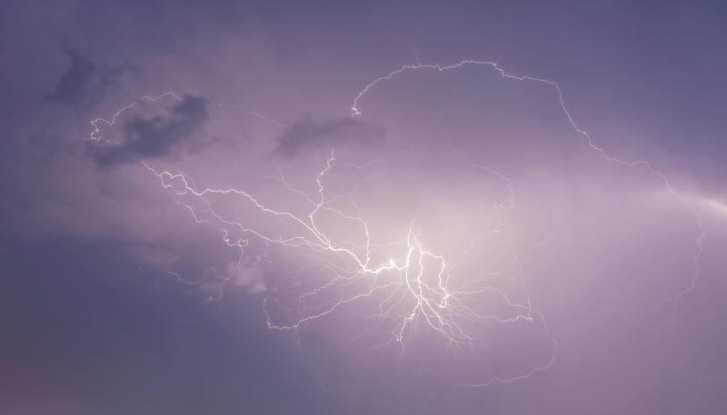 雷暴闪电和云