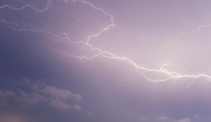 捕捉闪电在风暴中闪过的瞬间-风暴在天空中产生紫色