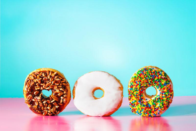 淡蓝色和粉色背景的甜甜圈
